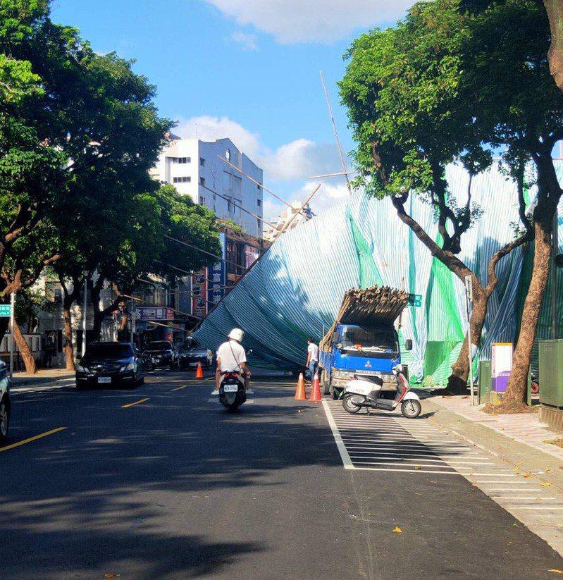 台北市大同區錦西街一處工地發生鷹架倒塌事件,營造廠商遭罰1萬8000元。記者蔡翼謙/翻攝