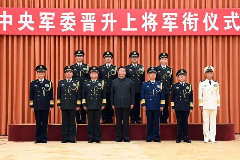 中共中央軍委7月5日舉行晉升上將授階儀式,共軍高層人事異動備受關注。新華社