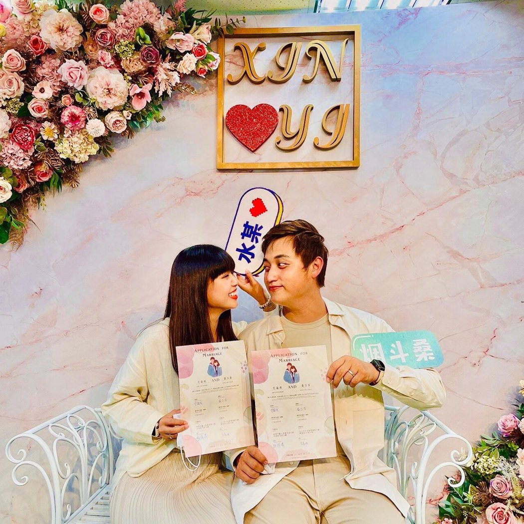 包庭政(右)2個月前和圈外女友元元登記結婚。圖/包庭政提供