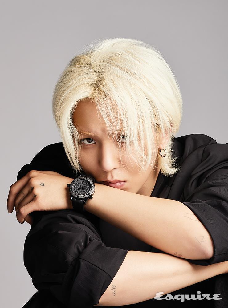 宋旻浩登上韓版男性時尚封面,配戴OMEGA腕表呈現既美又帥的中性風。圖/摘自Es...