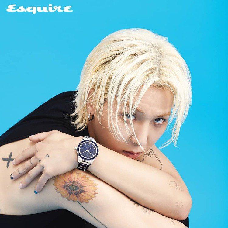 宋旻浩登上韓版男性時尚封面,配戴OMEGA腕表呈現既美又帥的中性風。圖/摘自in...
