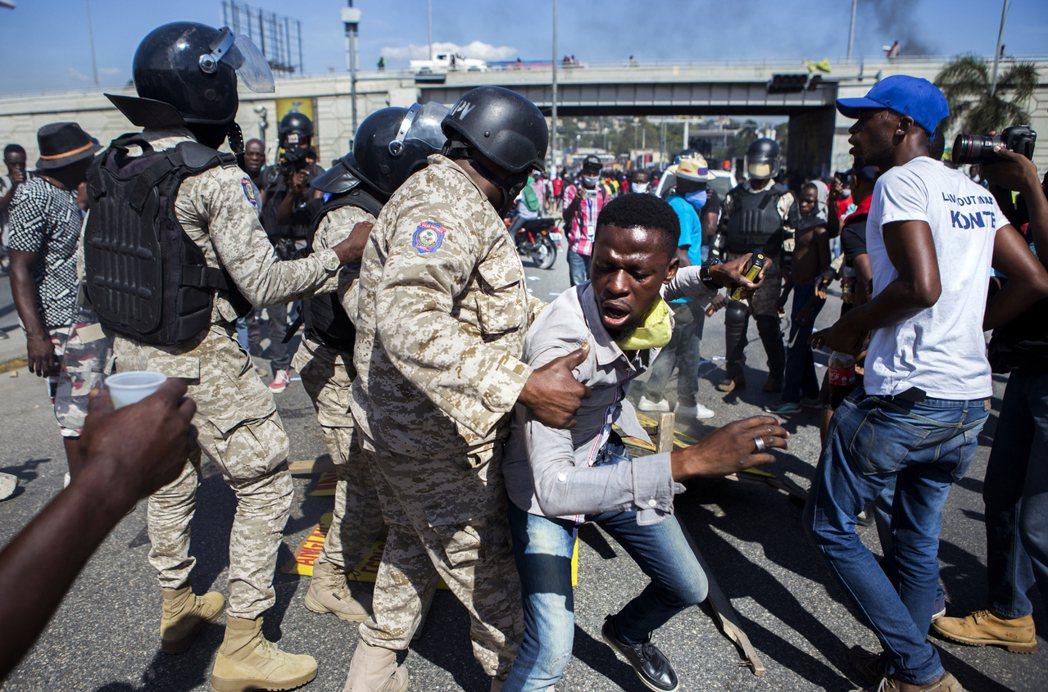 海地反對派政黨與不滿摩伊士執政的抗議民眾,都指控摩伊士的總統任期已經在2021年...