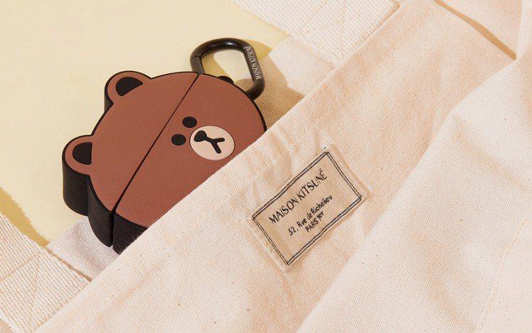 Maison Kitsuné X LINE FRIENDS托特包的標籤還有Mai...