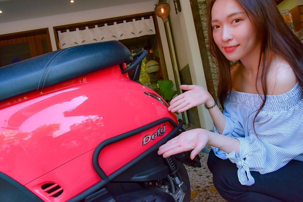 宏佳騰Dory 125 ABS提供可輕鬆放置20吋行李箱的腳踏空間、收納兩頂半罩...