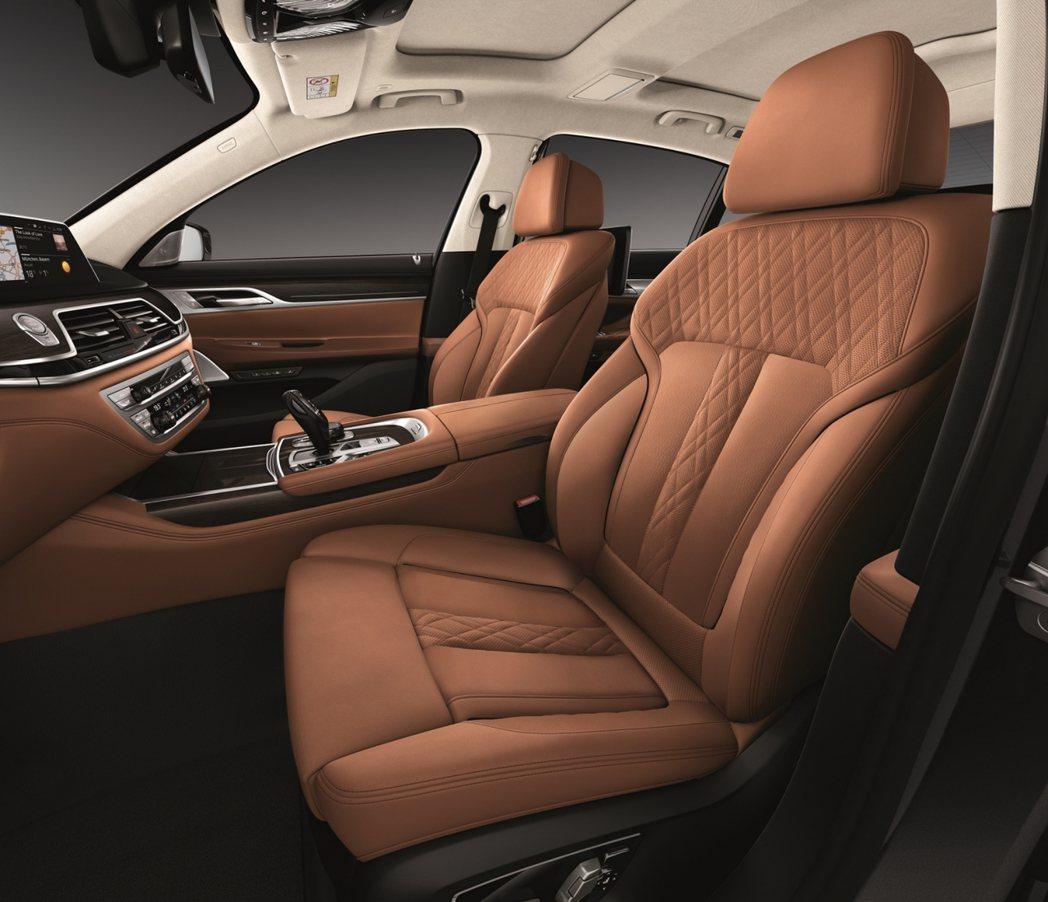 悉心打造的頂級Nappa真皮內裝搭配菱格紋縫線,從入座開始便讓人沉浸於BMW鋪陳...