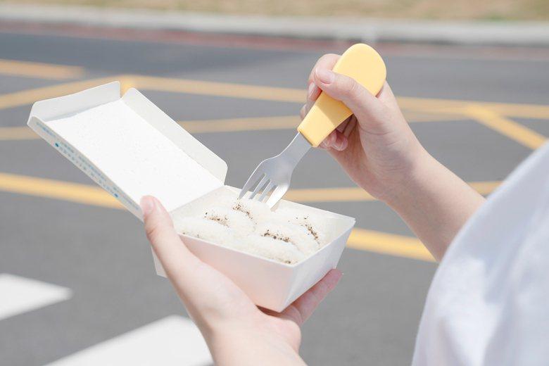 一組口卡餐具包含湯匙叉子各一隻,分別收納在各自的握柄裡,即使只用一隻,吃完也能分...
