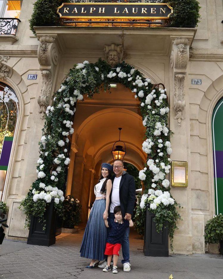 Christine Chiu每年7月4日在巴黎的Ralph Lauren餐廳用餐...