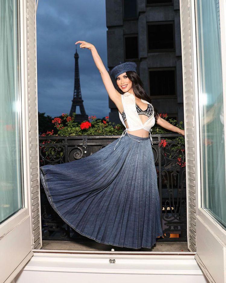 Christine Chiu身穿DIOR在看得到巴黎鐵塔的陽台翩然起舞。圖/取自...