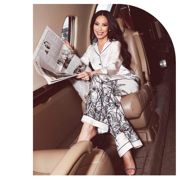 Christine Chiu身穿DIOR家居服以「晚安洛杉磯、早安巴黎」貼文開啟...