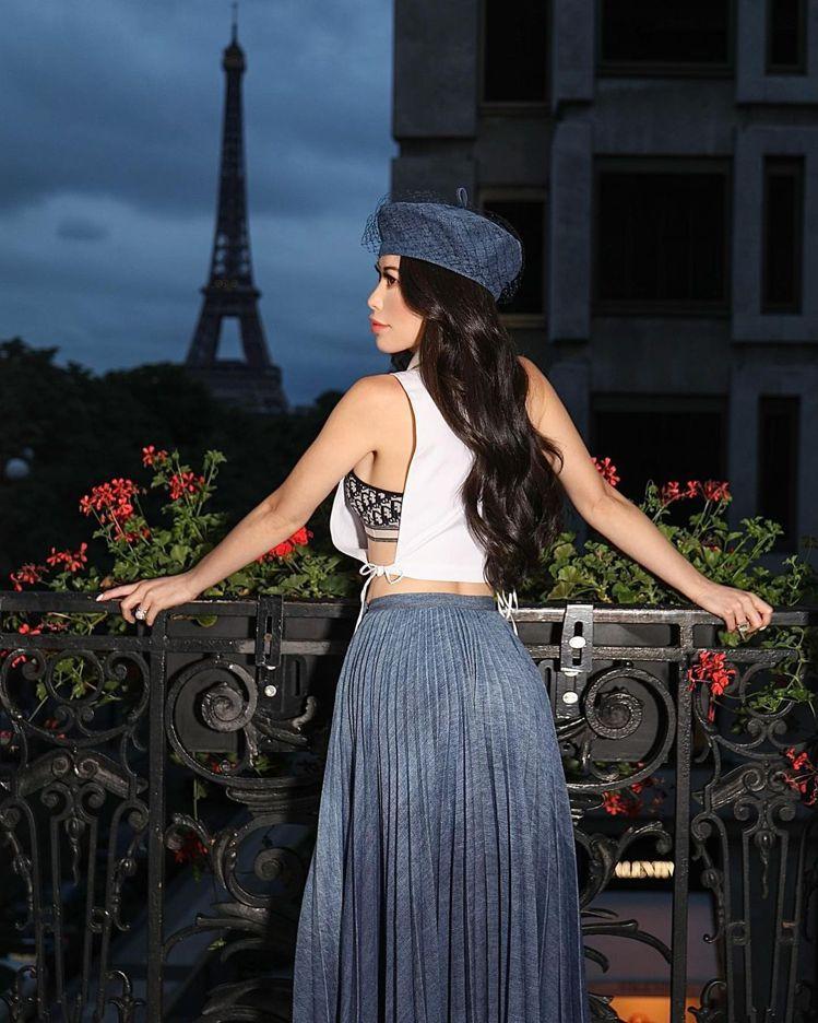 Christine Chiu身穿DIOR在看得到巴黎鐵塔的陽台拍攝中空性感照。圖...