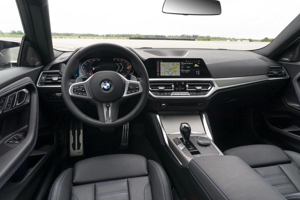 高階車型則配置12.3吋數位儀錶板與10.25吋中控螢幕,皆使用iDrive 7...