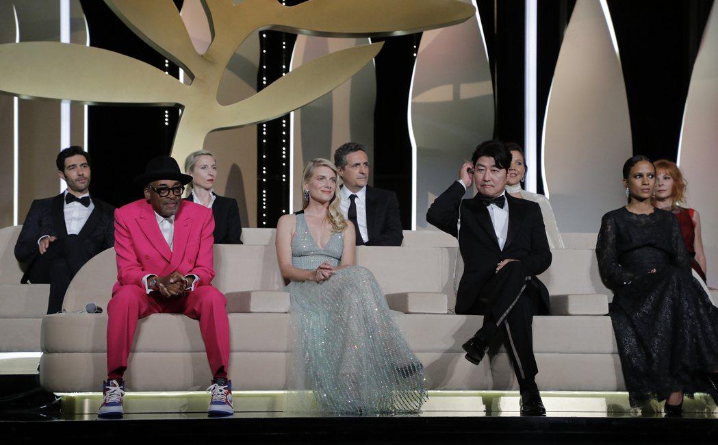 史派克李(前排左起)率領法國女星梅蘭尼蘿倫、南韓影帝宋康昊等主競賽評審,一同出席...