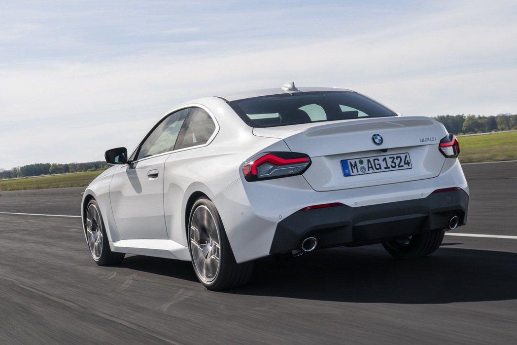 底盤部分,BMW借鑒了4-Series Coupe的技術並進行了特製調校,讓2-...