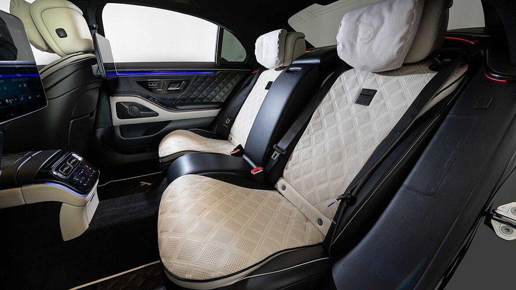 後座總裁獨立雙座椅及車室內採用BRABUS精細皮革設計,藉由最上乘的皮革材料製成...