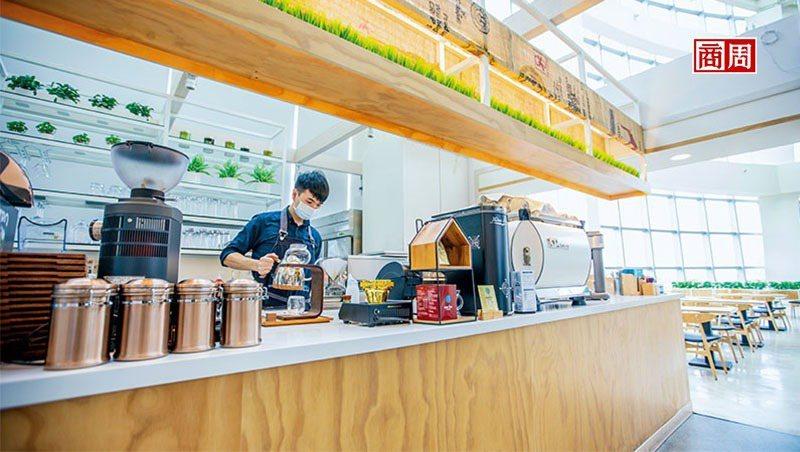 「好喝、好拍,」成真咖啡總監莊宏彰說,這是王國雄當初向他「點菜」的條件,「我又加一個在地性。」他們重視產品力,不定期推季節性產品吸引顧客目光(攝影者.郭涵羚)