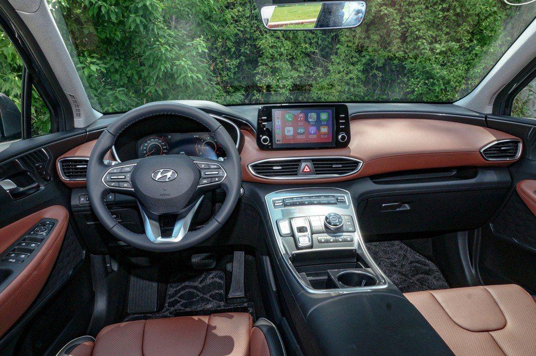 車室內裝依就遵循3D海灣式的設計鋪陳,但導入了T-shaped高置式鞍座控制台。...