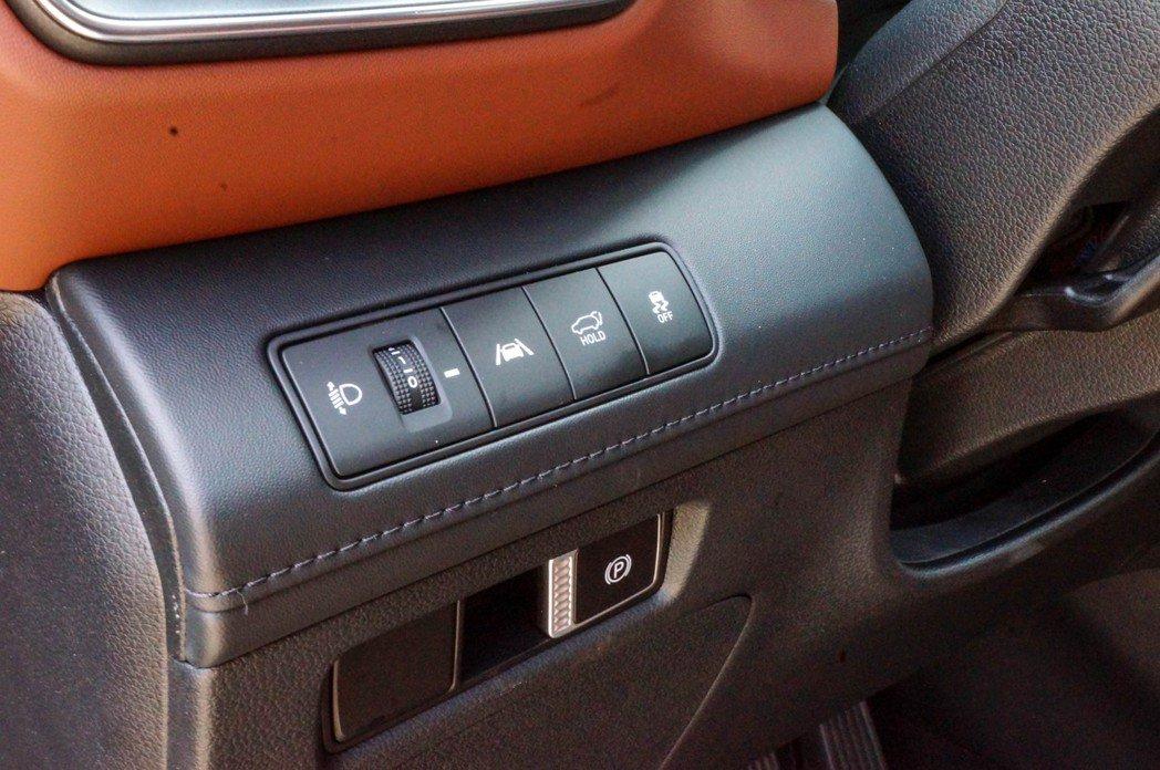 電子手煞車相當特別的做在方向盤左下角。 記者趙駿宏/攝影