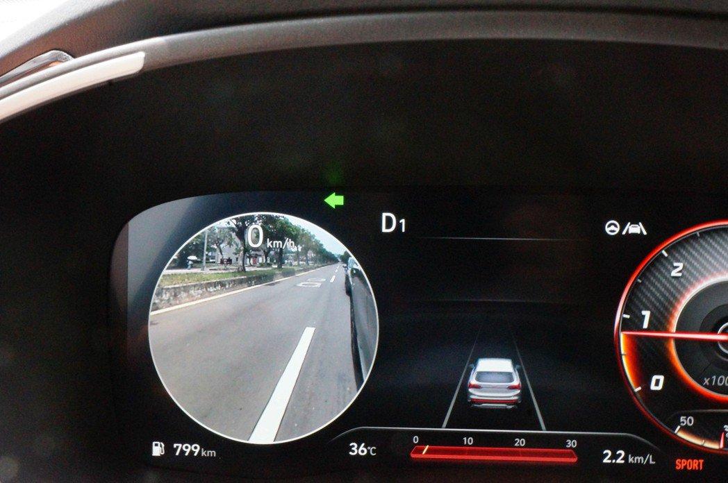 數位儀表還搭載了BVM盲區影像輔助系統,打方向燈後會呈現該區盲點實際影像。 記者...