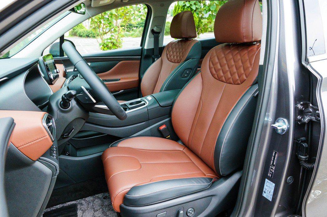 高質感深棕雙色內裝,將鑽石紋路完美融入真皮座椅。 記者趙駿宏/攝影