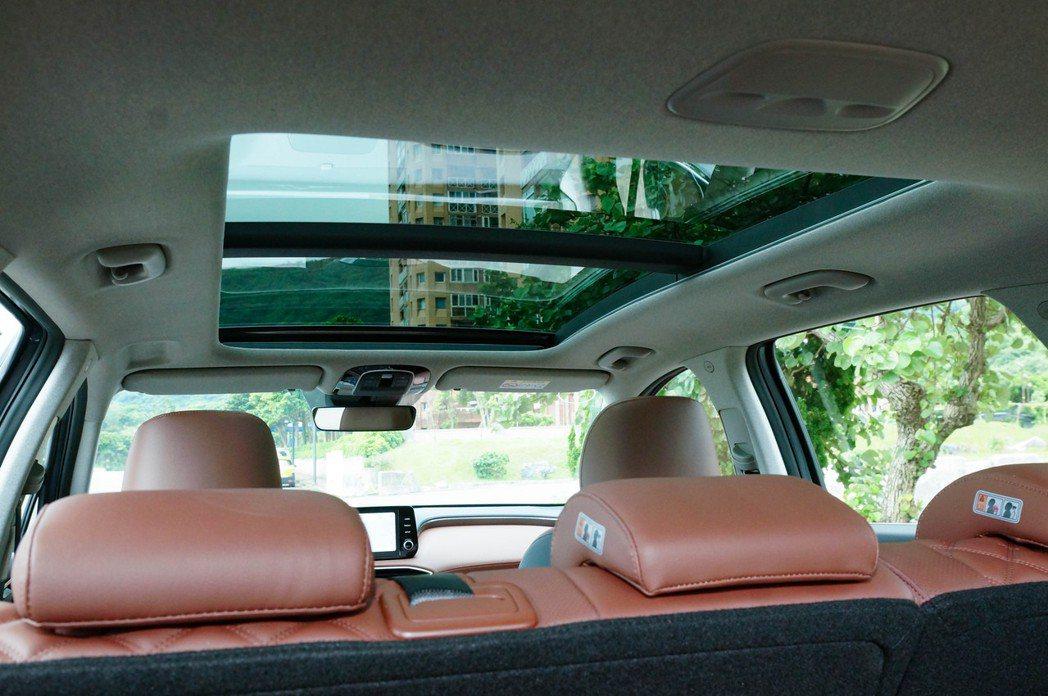 大面積全景天窗也是柴油頂級款的標準配備。 記者趙駿宏/攝影