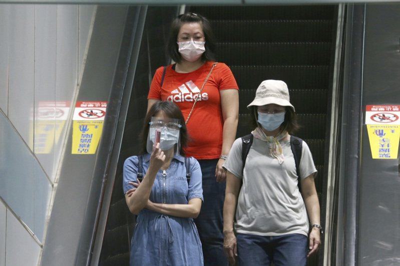 全球COVID-19疫情嚴峻,科學界探討紫外線能否「殺死」新型冠狀病毒,終於有了實證成果。圖為台灣民眾為防疫戴口罩外出的畫面。 美聯社