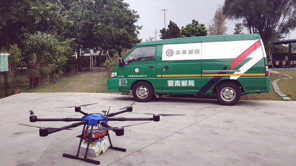 中華郵政曾在2018年成功驗證偏鄉平坦地形地無人機物流測試,載運五公斤以下內裝茶葉與咖啡的包裹。(source:交通部郵電司)