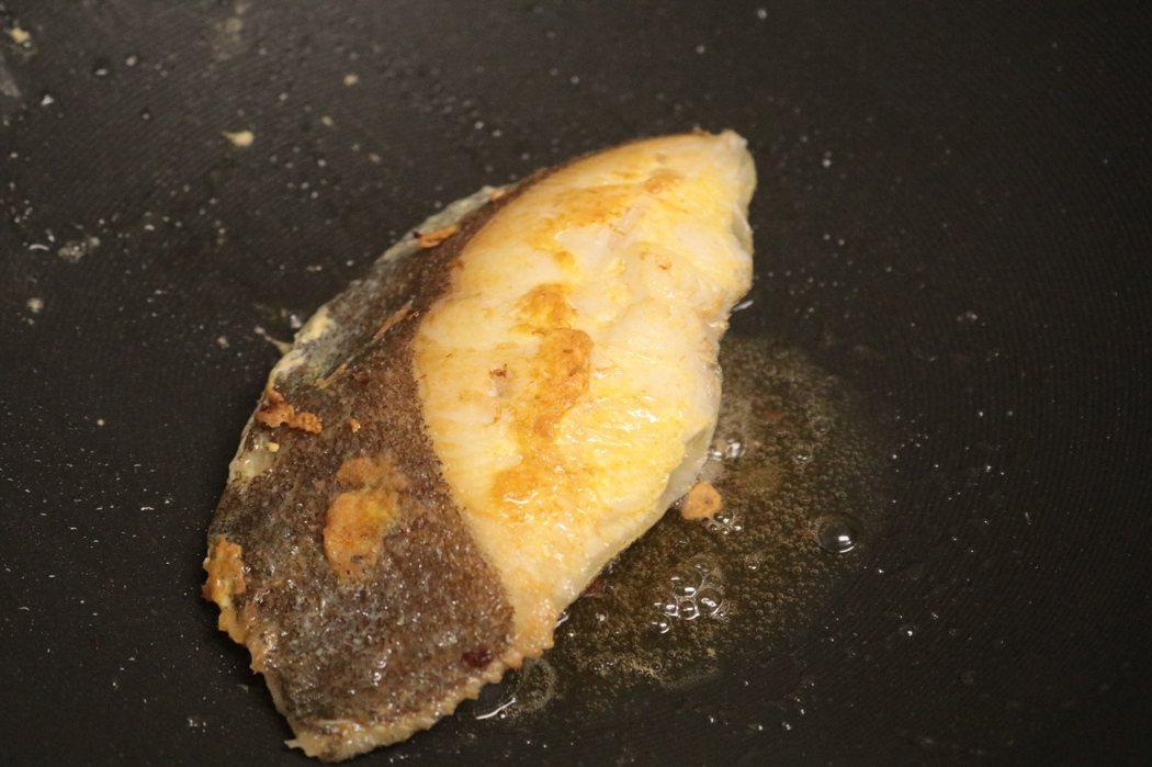 在鍋中煎制鱈魚時,要慢慢的煎的,一片煎到金黃時,再煎另外一面,直到煎熟為止,煎敦熟後取出裝在盤中。