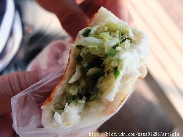 水煎包內餡包著高麗菜、冬粉、韭菜與少許豬肉泥,混合在一起的香氣實在好逼人