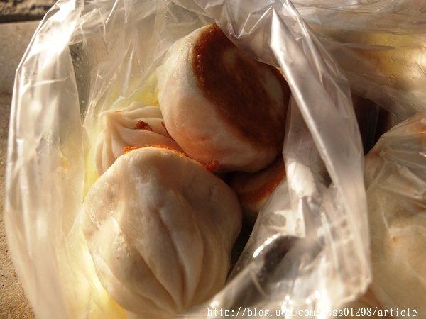 小煎包跟小籠包的差別在於小籠包是用蒸的,小煎包是放鍋台上去煎,都不錯吃