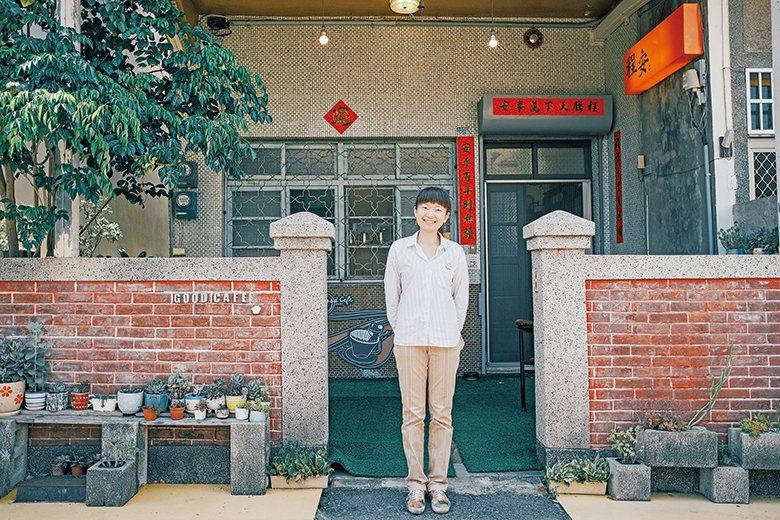 店內的藝術裝置〈體操男爵 轉轉蟲洞〉是臺中藝術家張育嘉的作品 【圖‧蘇大衛】