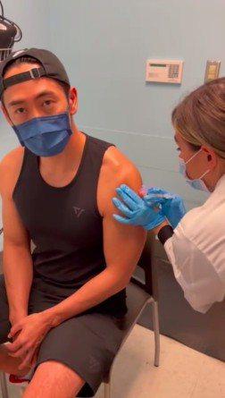 路斯明在美國平價超市打疫苗,露出驚人的二頭肌。圖/摘自臉書