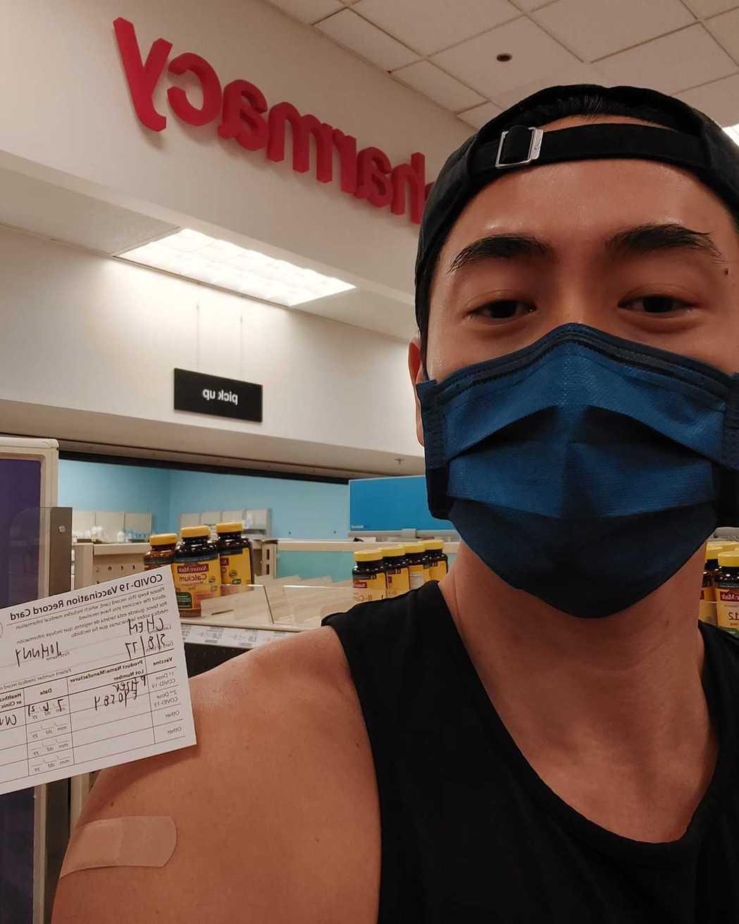 路斯明注射完疫苗後喊自己安全了。圖/摘自臉書
