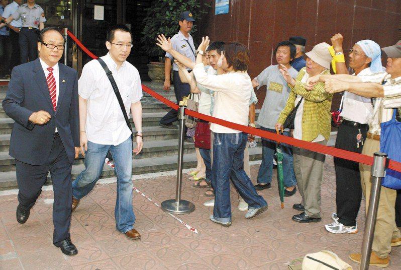 陳致中(左)2009年7月8日出庭和父親陳水扁對質,證稱扁家海外洗錢都是「奉母之命」,離開法院時,扁的支持者在旁加油打氣。圖/聯合報系資料照片