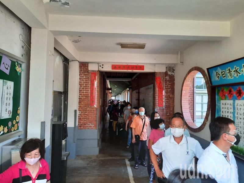 台中市清水國小疫苗快打站,今天出現人潮。記者游振昇/攝影