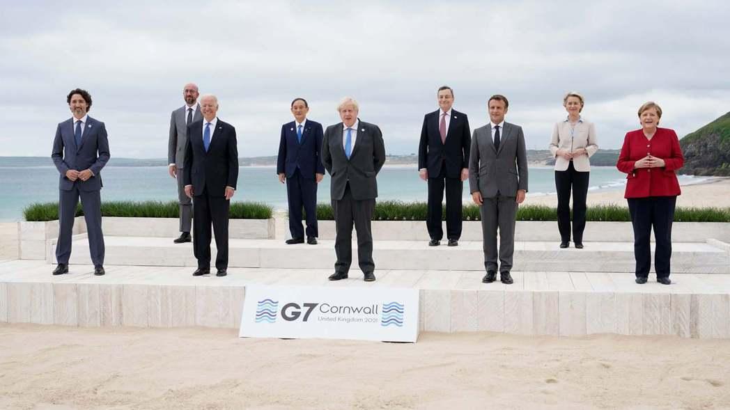 美國總統拜登(前排左二)、英國首相強生(前排中間)及德國總理梅克爾(前排右一)等...