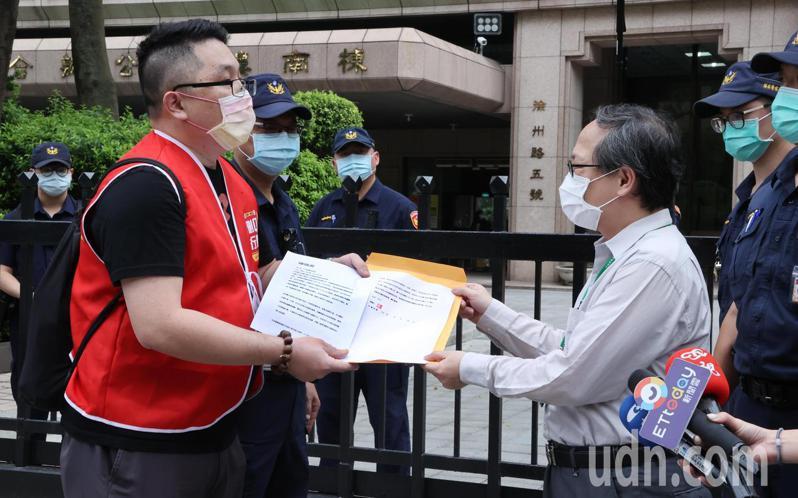 提案罷免立委陳柏惟的刪Q總部領銜人楊文元(左)上午前往中選會遞件陳情書提出訴求。記者曾學仁/攝影