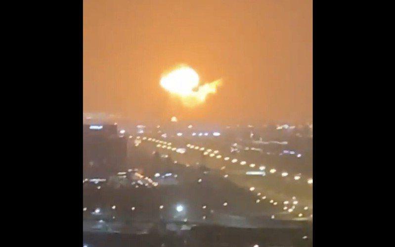 杜拜港口貨櫃輪大爆炸,火光沖天。(取自網路)