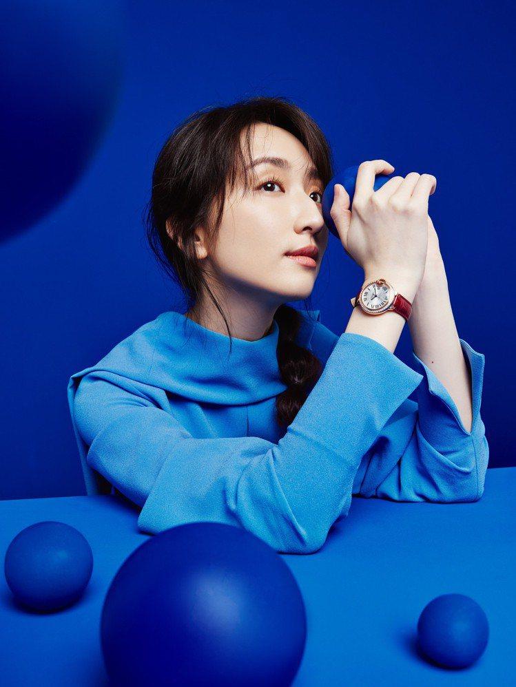 柯佳嬿演繹卡地亞Ballon Bleu de Cartier腕表。圖/卡地亞提供