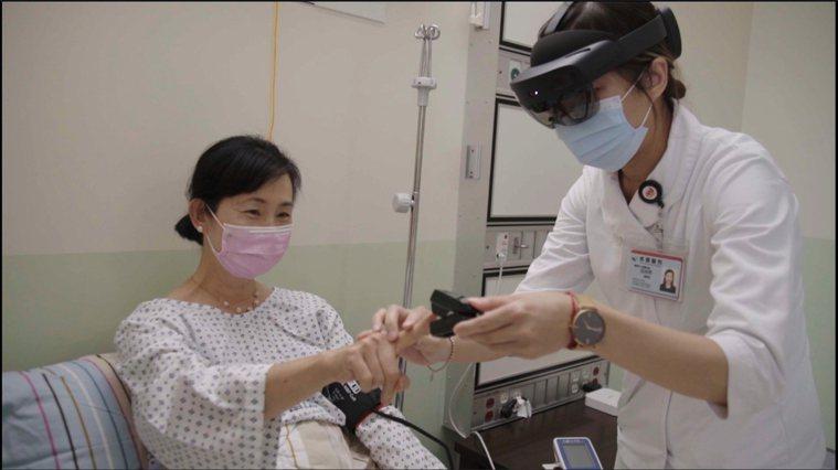 台大醫院與微軟合作推出血氧即時監測平台以及混合實境病房,協助即時協助院內外患者。...