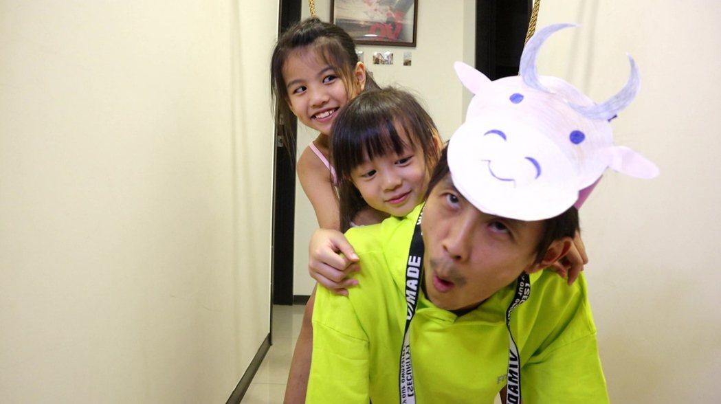 阿翔在家已被小孩當牛騎,而且明顯看出留鬍子。圖/民視提供