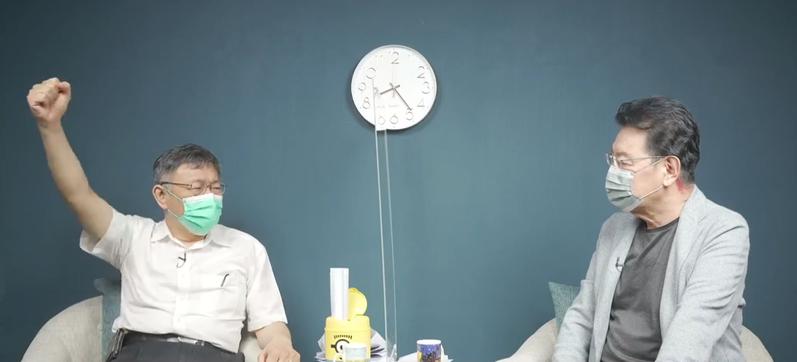 台北市長柯文哲(左)昨晚接受趙少康(右)專訪,指7月2日到環南市場是被設局,同時砲轟蔡政府前瞻及紓困高達1.6兆特別預算都是亂花錢。圖/取自趙少康直播影片