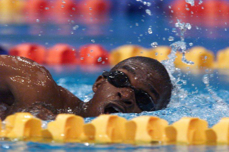 毛山巴尼在後50公尺明顯氣力放盡。此時他疲累的揮動雙臂,腳踢不動水,頭維持在水面上,像金魚一樣張大嘴呼吸,不時灌入口鼻的水卻讓人擔心他隨時會溺死。路透