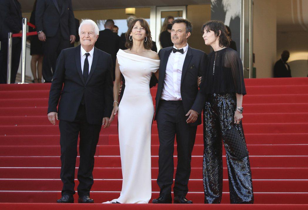 蘇菲瑪索(左二)與導演歐容(右二)出席坎城影展開幕片首映。(美聯社)