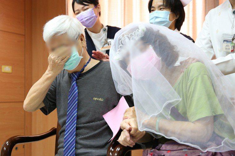 大病初癒的王先生(左)忍不住掉淚,愧疚自己害老婆染疫,為了家人積極接受治療及復健...