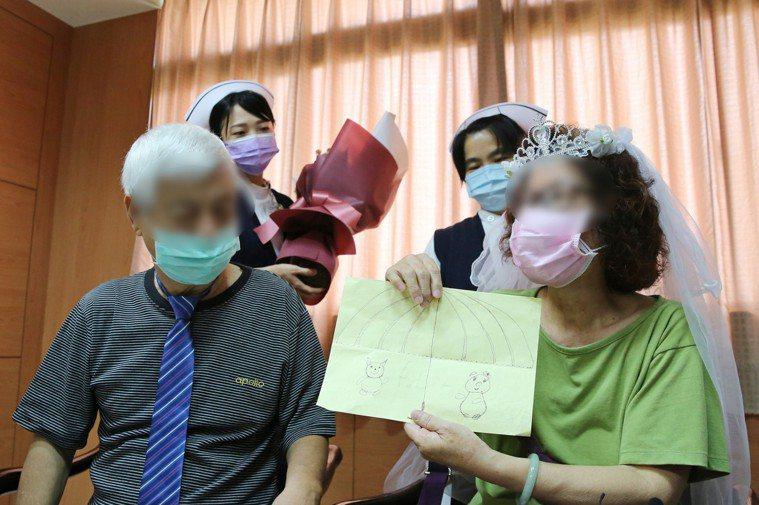 王太太拿出手繪的卡片,感謝醫療團隊付出,能平安健康出院。圖/花蓮慈濟醫院提供
