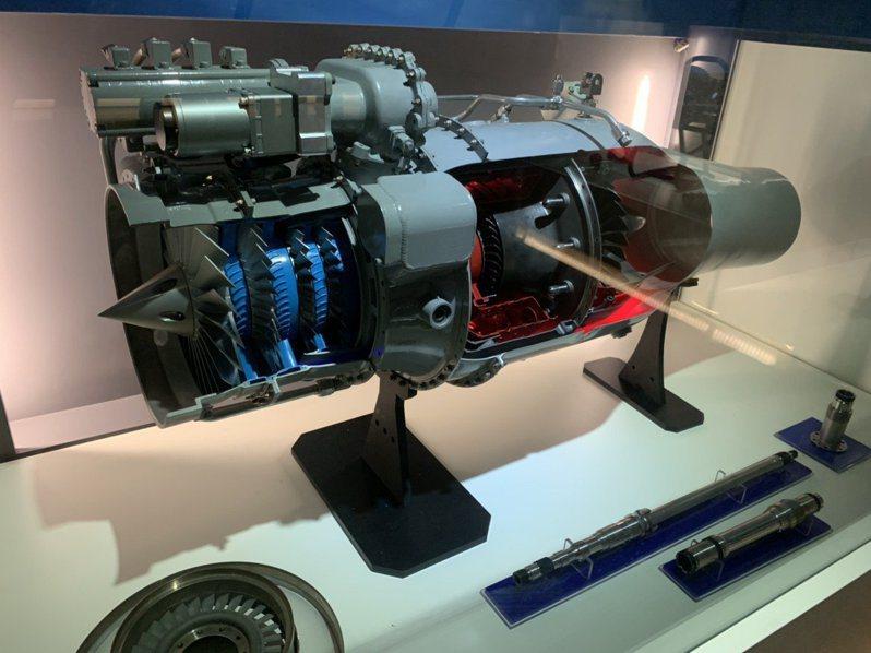 雄二E攻陸飛彈所用「鯤鵬引擎」,研發過程曾靠蒐獲中共上海金屬工業研究中心為飛彈零件材料所作的實驗據數,解決關鍵渦輪盤等零件的鑄造技術問題。記者洪哲政/攝影