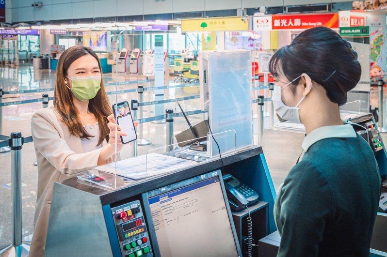 旅客可提前透過長榮航空「旅客健康聲明」電子化系統完成填寫,再於搭機當天由機場地勤人員確認即可,既省時又能減少不必要的接觸。圖/長榮航空提供