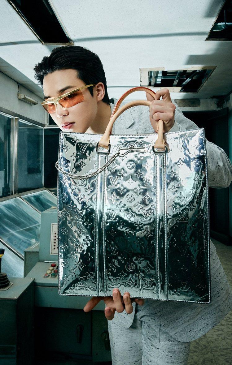 Jimin展示的銀色Monogram Mirror Sac Plat包款,充滿濃...