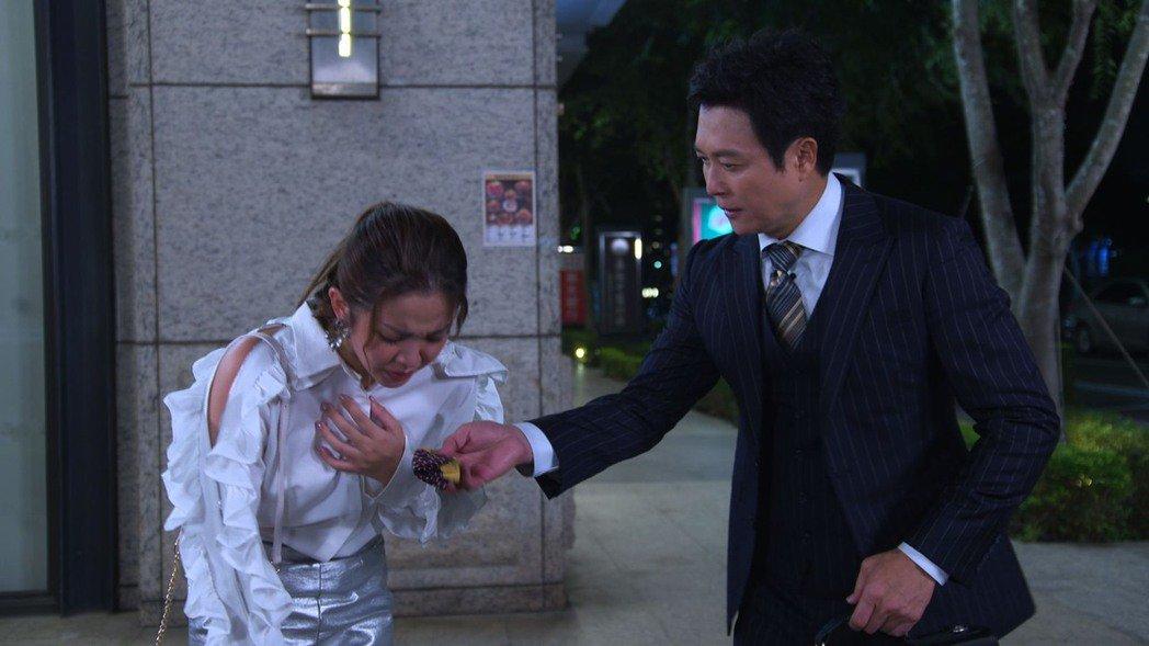 王燦(右)加入「黃金歲月」,演出在KTV外邂逅賴慧如。圖/民視提供