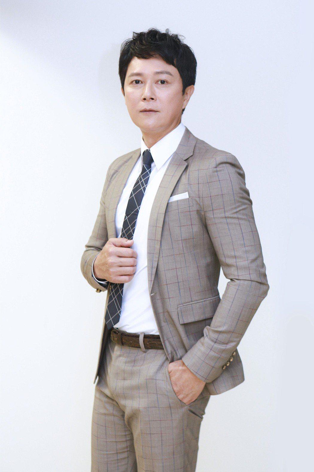 王燦加入「黃金歲月」演出飯店總經理。圖/民視提供